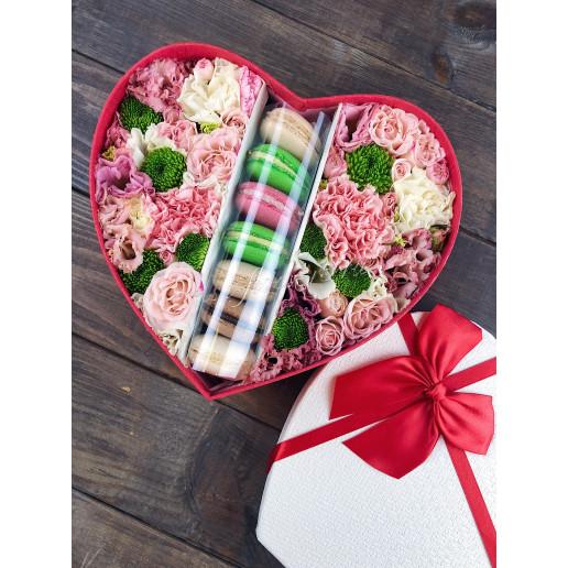 """Коробка с цветами и макарони """"Сливочный дуэт"""""""