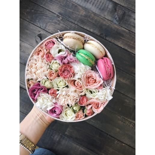 """Коробка с цветами и макарунами """"Сладость"""""""